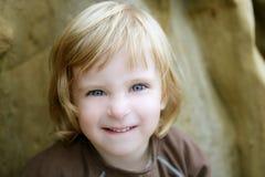Blondes kleines Kleinkindmädchen mit lustiger Geste Lizenzfreie Stockfotos