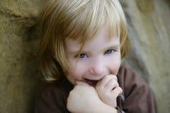 Blondes kleines Kleinkindmädchen mit lustiger Geste Lizenzfreie Stockbilder