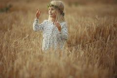 Blondes kleines Mädchen auf dem Gebiet Lizenzfreies Stockfoto