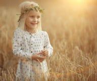 Blondes kleines Mädchen auf dem Gebiet Lizenzfreie Stockfotos