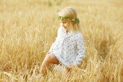 Blondes kleines Mädchen auf dem Gebiet Lizenzfreie Stockbilder