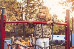 Blondes kleines Mädchen auf Spielplatz Lizenzfreies Stockbild