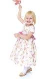 Blondes kleines Mädchen Aughing, das ihrer Mutter hält Lizenzfreie Stockfotos