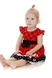 Blondes kleines Mädchen, das er ausbreitet Stockfoto