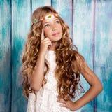 Blondes kleines Mädchen, das im Weinleseholzhintergrund denkt Lizenzfreie Stockfotos