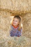 Blondes kleines Mädchen im Heuschober Lizenzfreies Stockbild
