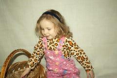 Blondes kleines Mädchen mit Stockbilder