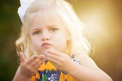 Blondes kleines Mädchen mit 3-Jährigen mit Funkeln auf Lippen lizenzfreie stockbilder