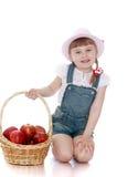 Blondes kleines Mädchen mit kurzen Borten in den rosa Hüten Lizenzfreies Stockbild