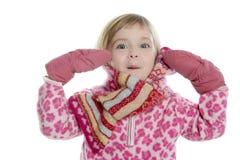 Blondes kleines Mädchen mit rosafarbenem Schal und Handschuhen Lizenzfreie Stockfotografie