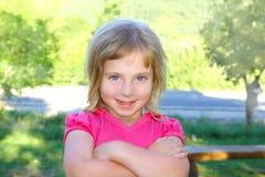 Blondes kleines Mädchen portratit glückliches Lächeln Stockbilder