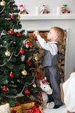 Blondes Kleinkindjungenspielen Stockfotografie