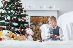Blondes Kleinkindjungenspielen Lizenzfreies Stockfoto