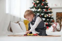 Blondes Kleinkindjungenspielen Lizenzfreie Stockbilder
