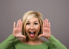 Blondes Kreischen durch Hände lizenzfreie stockfotos