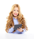 Blondes Kursteilnehmerkind mit ebook Tablette-PC-Portrait Stockfotos