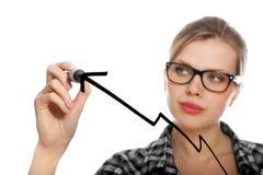 Blondes Kursteilnehmermädchen, das ein Diagramm zeichnet Stockfoto