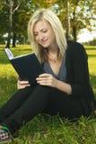 Blondes Kursteilnehmermädchen-Lesebuch Lizenzfreies Stockbild