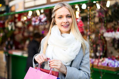 Blondes Lächeln am Weihnachtsmarkt Lizenzfreies Stockfoto