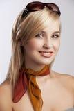 Blondes lächelndes Mädchenportrait mit Sonnenbrillen Stockbilder