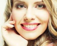 Blondes lächelndes und lachendes Mädchen Stockbilder