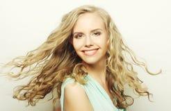 Blondes lächelndes und lachendes Mädchen Lizenzfreie Stockfotos
