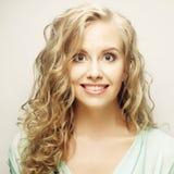 Blondes lächelndes und lachendes Mädchen Lizenzfreies Stockfoto