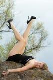 Blondes Lügen auf dem Felsen Lizenzfreie Stockfotografie