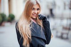 Blondes Lachen der Frau draußen in der Straße Lizenzfreies Stockbild