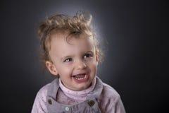 Blondes Lachen des kleinen Mädchens Lizenzfreie Stockfotografie