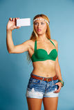 Blondes langes Haarmädchen mit Foto selfie der kurzen Jeanshose Stockfotografie