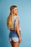 Blondes langes Haarmädchen mit Sommerblick der kurzen Jeanshose Lizenzfreie Stockfotos