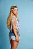 Blondes langes Haarmädchen mit Sommerblick der kurzen Jeanshose Stockfotos