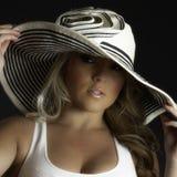 Blondes Latina-Mädchen-großes weißes Hut-Trägershirt Lizenzfreie Stockfotografie