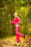Blondes laufendes Rütteln der jungen Frau des Mädchens im Herbstfall Forest Park Stockbild