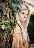 Blondes Lehnen auf Baum lizenzfreie stockfotografie