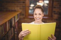 Blondes Lehrerlesebuch in der Bibliothek Stockbilder