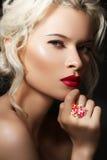 Blondes Luxuxbaumuster mit den roten Lippen u. den hellen Schmucksachen Stockbild