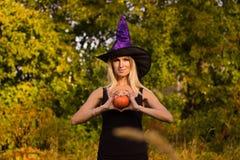 Blondes Mädchen in übendem Yoga Halloween-Kostüms Lizenzfreie Stockfotografie