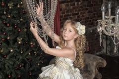 Blondes Mädchen in Abendkleiderprinzessin Stockfotografie