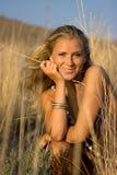 Blondes Mädchen auf dem Gebiet Stockbilder