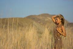 Blondes Mädchen auf dem Gebiet Lizenzfreie Stockfotos
