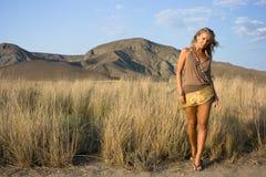 Blondes Mädchen auf dem Gebiet Lizenzfreies Stockbild