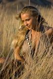 Blondes Mädchen auf dem Gebiet Stockfotos