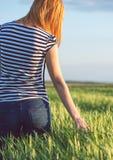 Blondes Mädchen auf dem grünen Gebiet Natur im Sommer genießend Stockfotografie