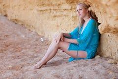 Blondes Mädchen auf dem Sand Stockbilder