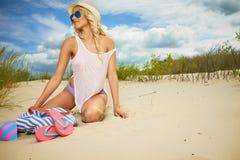 Blondes Mädchen auf dem Sommerstrand Lizenzfreie Stockfotografie