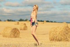 Blondes Mädchen auf dem sonnigen Herbstgebiet Lizenzfreie Stockbilder