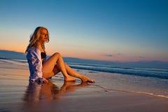 Blondes Mädchen auf dem Strand Lizenzfreie Stockfotos