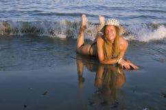 Blondes Mädchen auf dem Strand Stockfotografie